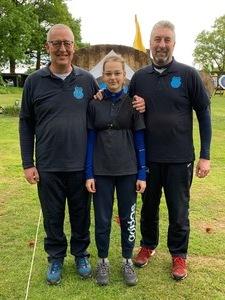Drei Jannings gewinnen drei Medaillen bei der Bezirksmeisterschaft im Bogenschießen
